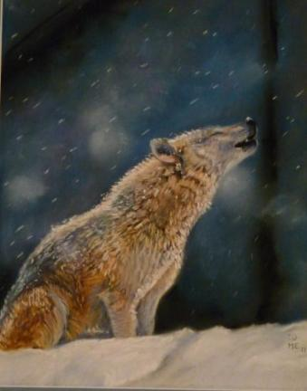 Loup hurlant dans la neige